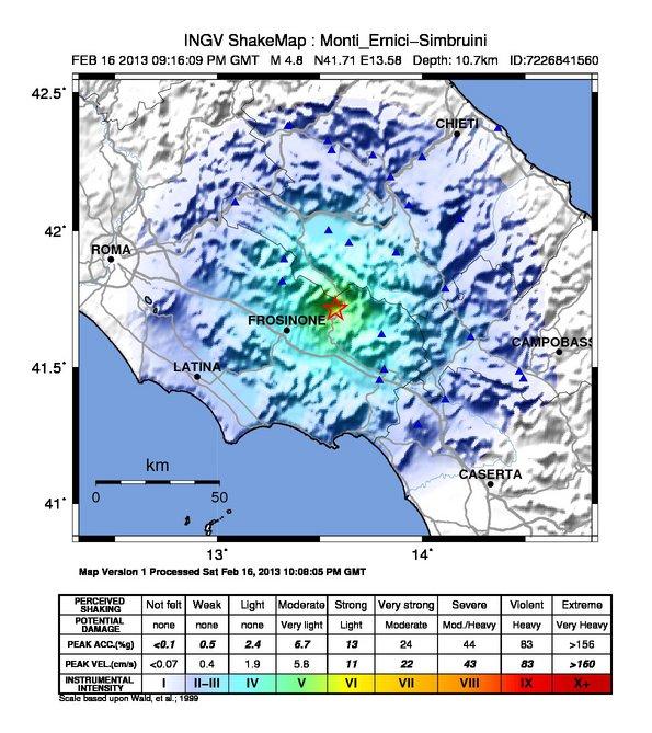 ShakeMap (mappa di scuotimento) espressa in intensità strumentale (scala di intensità Mercalli Modificata, MMI) dell'evento principale Ml=5.9 delle ore 04.03 (02:03 GMT o UTC) del 20/05/2012, determinata utilizzando i dati della Rete Sismica Nazionale dell'INGV (triangoli rossi), della Rete Accelerometrica Nazionale (RAN, triangoli blu) e la faglia estesa ricavata da dati sismologici (rettangolo grigio). La stella rossa rappresenta l'epicentro.