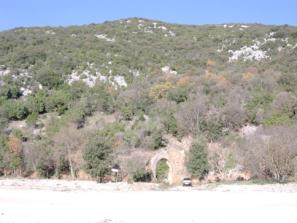 Figura 2 - Versante Sud del Monte Soratte. Al centro si nota l'accesso al sistema di gallerie-Bunker all'interno del quale è stata posizionata la stazione dela Rete Sismica Nazionale SRES