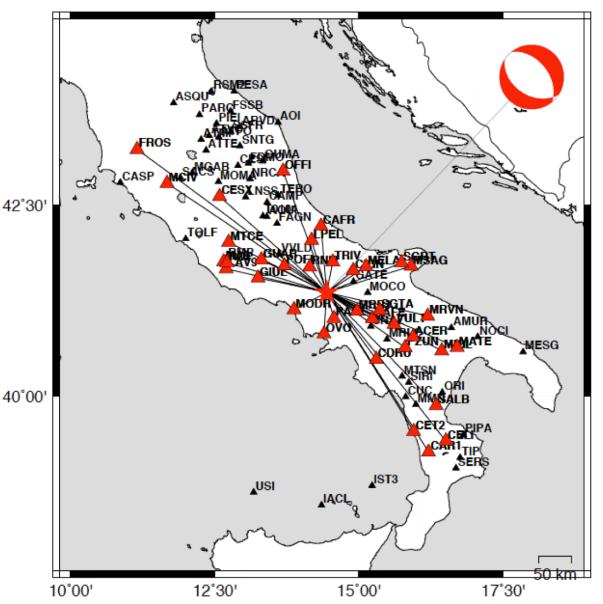 Distribuzione dei sismometri i cui dati sono stati utilizzati per il calcolo del meccanismo focale. In alto a destra la soluzione che evidenzia una faglia estensionale orientata lungo l'Appennino (nordovest-sudest)
