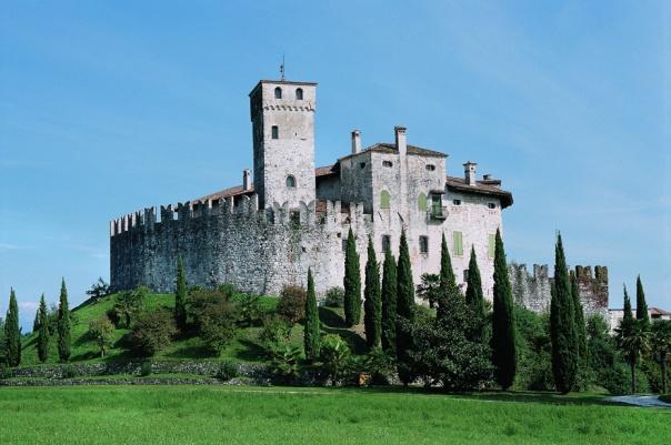 Il castello di Villalta di Fagagna (UD) fu tra quelli dapprima attaccati e incendiati dai contadini nella rivolta del febbraio-marzo 1511 e poi gravemente danneggiati dal terremoto del 26 marzo (Fonte: http://www.tourismfriulicollinare.it/public/castello-di-villalta/).