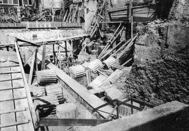 2 - Tempio di via delle Botteghe Oscure: colonne in giacitura di crollo, rinvenute nel corso degli scavi del 1938.
