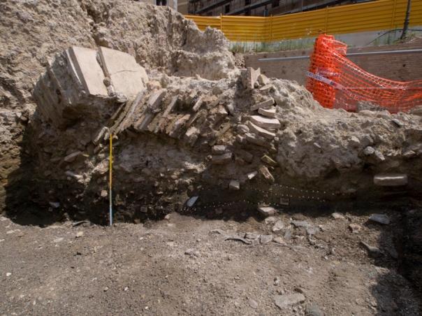 Figura 4. Piazza Madonna di Loreto, scavo Metro C, edificio di età traianea: particolare del crollo delle nervature della volta.