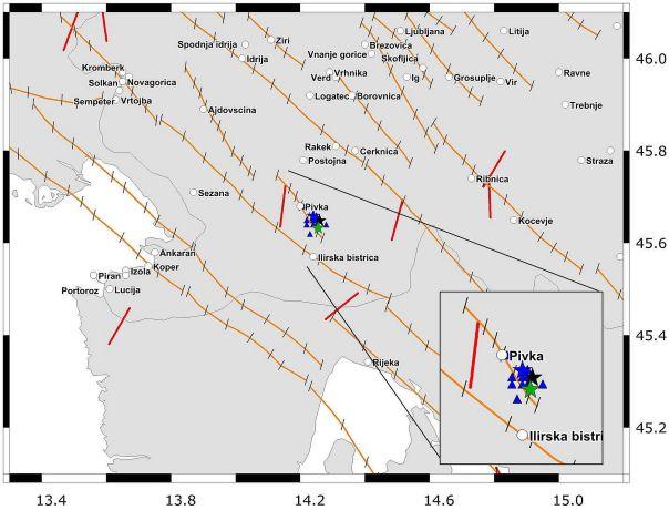 Figura1: L'area estesa attorno alla faglia di Pivka. Le linee in arancione rapresentano il bordo superiore delle faglie sismogenetiche (European Database of Seismogenic Faults (EDSF); Basili et al., 2013); le stelle e triangoli rappresentono le varie soluzioni per l'epicentro del terremoto del 22 Aprile 2014 (stella blu – ARSO [http://www.arso.gov.si/en/]; stella verde - INGV; stella nera – EMSC [http://www.emsc-csem.org/]) e la sequenza delle scosse successive (triangoli blu, ARSO); le linee in rosso rappresentano l'orientazione del vettore dello stress misurato (Heidbach et al., 2008), le linee in nero lungo i bordi delle faglie sismogenetiche rappresentano l'orientazione del massimo stress orizzontale (Carafa and Barba, 2013; Carafa et al., 2014). Il quadrato in basso a destra mostra in dettaglio la situazione nell'area epicentrale.