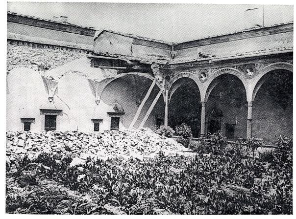I crolli nel Chiostro Grande della Certosa del Galluzzo [foto da Cioppi, 1995].