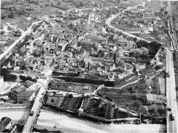 veduta aerea delle rovine di Venzone (UD) [foto Diego Molin]