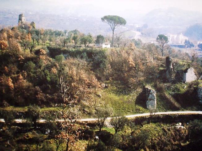 Una veduta odierna dei resti del vecchio abitato di Cerreto Sannita, raso al suolo dal terremoto del 1688 e successivamente abbandonato (http://it.wikipedia.org/wiki/Cerreto_antica).