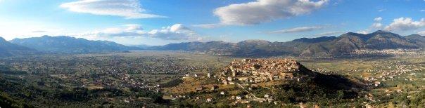 Una veduta panoramica del Vallo di Diano ripresa da sud; in primo piano il borgo di Teggiano (SA) [foto di Enzo d'Elia]