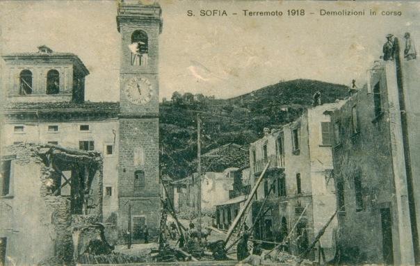 Una fotografia di Santa Sofia dopo l'ultimo forte terremoto che la colpì nel novembre 1918 [Fonte: http://www.edurisk.it ].