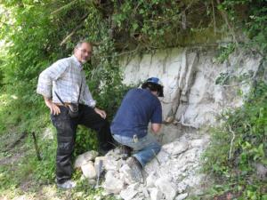 La successione sedimentaria studiata è costituita da sedimenti lacustri che affiorano nei pressi di Popoli, nel bacino di Sulmona. I sedimenti sono limi calcarei omogenei in cui sono intercalati sottli livelli di ceneri vulcaniche che contengono la registrazione dell'inversione geomagnetica. Nella foto, Leonardo Sagnotti (in piedi) e Giancarlo Scardia, primi firmatari della ricerca.