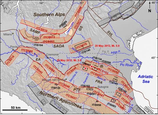 Figura 5: Sorgenti Sismogenetiche Individuali (ISS) e Sorgenti Sismogenetiche Composite (CSS) della Pianura Padana (rappresentate rispettivamente con rettangoli neri e fasce rosse; per le definizioni si vedano Basili et al., 2008; DISS v. 3.2 link http://diss.rm.ingv.it/diss/). Le anomalie della rete di drenaggio sono evidenziate in tratteggio bianco. SAMF: fronte montuoso delle Alpi Meridionali; SAOA: arco esterno delle Alpi Meridionali; GS: Sistema delle Giudicarie; SVL: Schio-Vicenza; PTF: fronte pedeappenninico; EA: arco Emiliano; FRA: arco Ferrarese-Romagnolo.