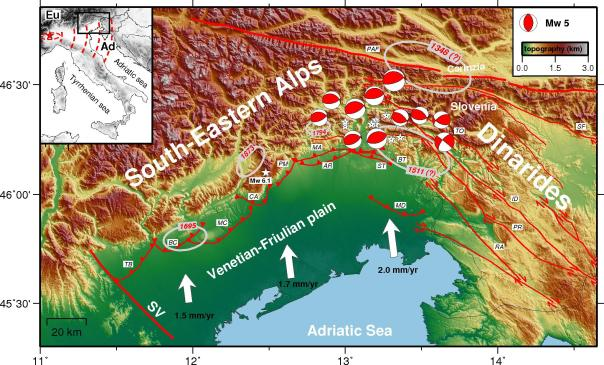 Figura 1: Schema sismotettonico dell'Italia nord-orientale. Le ellissi, con dimensione proporzionale alla magnitudo, indicano i terremoti più forti (M > 6) riportati nel Catalogo Parametrico dei Terremoti Italiani (CPTI11, Rovida et al., 2011), mentre le stelle bianche e le beach-balls mostrano la localizzazione del terremoto del Bosco del Cansiglio del 1936 (M 6.1) e della sequence sismica del Friuli del 1976 (M 6.4). Le linee rosso rappresentano invece le principali strutture tettoniche (faglie) attive. Infine, le freccie bianche indicano il movimento relativo della microplacca Adriatica rispetto alla placca Eurasiatica stabile, che avviene in senso antiorario con tassi di convergenza tra 1.5 e 2.0 mm/anno. (modificata da Cheloni et al., 2014 JGR – Solid Earth)