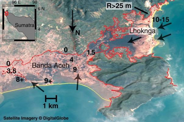 Immagine satellitare di Banda Aceh dopo lo tsunami, la linea gialla indica la linea di costa prima dello tsunami; la linea rossa identifica l'estensione dell'inondazione. Le frecce nere indicano la direzione di ingressione dell'inondazione. I numeri neri rappresentano le misure dell'altezza della colonna d'acqua durante l'inondazione. (Fonte: Borrero, J.C., 2005, Science, 308, 5728 p.1596)