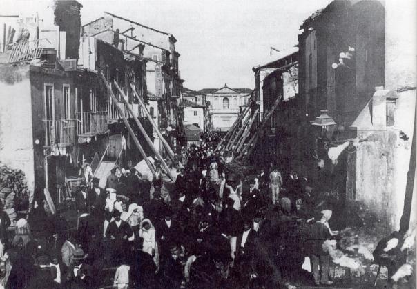Edifici di Palmi (RC) pericolanti e puntellati dopo il terremoto del 16 novembre 1894 [Fonte: http://it.wikipedia.org/wiki/Terremoto_della_Calabria_meridionale_del_1894].