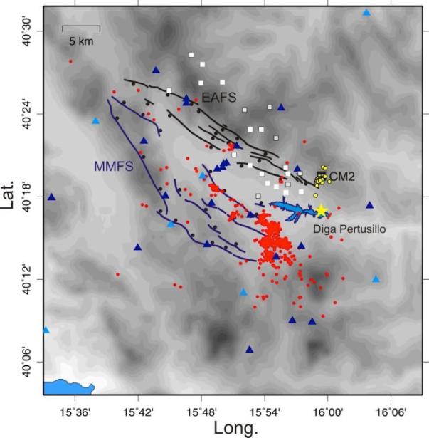 Epicentri dei terremoti registrati dalla densa rete temporanea INGV dal 2005 al 2006 e sistemi di faglie normali Quaternarie della Val d'Agri (Eastern Agri Fault System - EAFS in nero, Monti della Maddalena Fault System - MMFS in blu). La sismicità associata al pozzo iniettore Costa Molina 2 (quadrato nero) ed all'invaso del Pertusillo è evidenziata con cerchi gialli e rossi, rispettivamente. La figura mostra l'ubicazione delle stazioni della rete temporanea INGV (triangoli), dei pozzi produttivi eroganti (quadrati bianchi) e non eroganti (quadrati grigi). L'epicentro del terremoto del 28 Dicembre 2014 (localizzazione INGV) è indicato con la stella gialla. La geometria delle faglie Quaternarie riportate in figura è tratta da  Improta et al. (2010) e si basa sui lavori di Lazzari e Lentini (1991), Cello et al. (2003), Maschio et al. (2005)