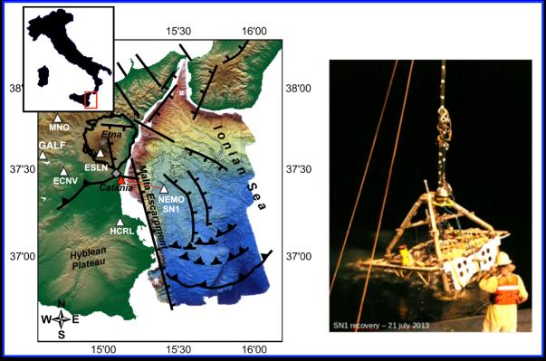 Figura 1: (a sinistra) mappa multibeam (mappa del fondale ottenuta mediante l'utilizzo di un multibeam che è il nome comune di un particolare tipo di sonar che, tramite l'applicazione di tecniche di beamforming, ricostruisce la batimetria dei fondali) del settore ovest del mar Ionio. I triangoli indicano la posizione dell'osservatorio sottomarino NEMO-SN1 e delle stazioni sismiche a terra. Sono riportate le principali strutture geologiche dell'area. A destra l'osservatorio NEMO-SN1 durante la fase di recupero.