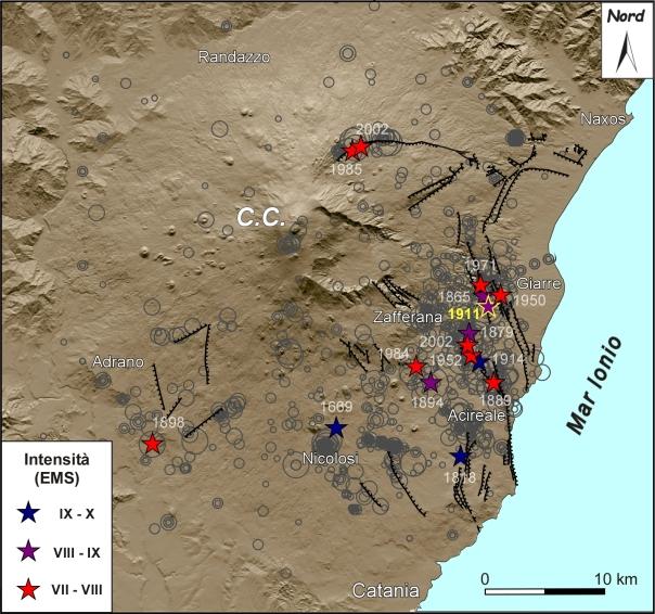 Figura 1. Terremoti vulcano-tettonici con intensità epicentrale I0 ≥ VIII EMS, corrispondente ad una magnitudo M ≥ 4.1, verificatisi dal 1669 al 2013 (modificato da Azzaro, 2010). In grigio gli eventi minori; le linee in nero indicano le faglie principali (trattini sul lato ribassato).