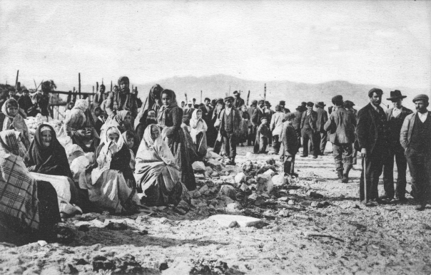 Palmi (RC): superstiti accampati all'aperto in attesa della distribuzione del pane.