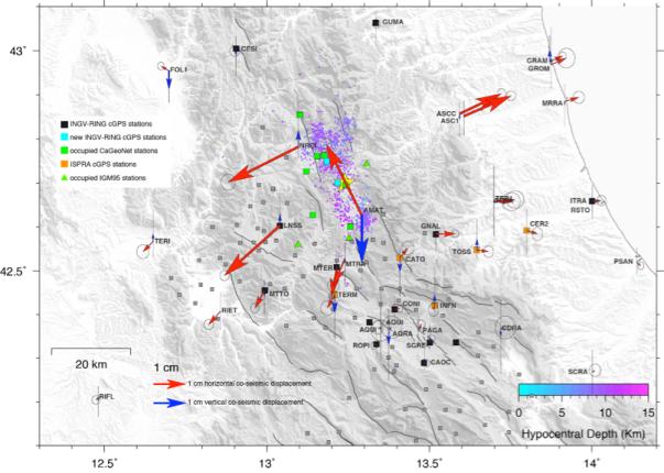 Fig.1 Spostamenti cosismici orizzontali (frecce rosse) e verticali (frecce blu) rilevati dalla rete di stazioni GPS permanenti (quadrati neri e azzurri stazioni RING-INGV, http://ring.gm.ingv.it; quadrati arancioni stazioni ISPRA e Dipartimento della Protezione Civile) e da caposaldi di reti non permanenti (quadrati grigi caposaldi CA-GeoNet presenti in zona e in verde quelli in via misurazione; triangoli verdi caposaldi rete IGM95, http://www.igmi.org/geodetica/). Altri dati GPS sono stati forniti dalle seguenti reti GNSS: Regione Abruzzo (http://gnssnet.regione.abruzzo.it), Regione Lazio (http://gnss-regionelazio.dyndns.org), ItalPos (http://it.smartnet-eu.com), NetGeo (http://www.netgeo.it), Regione Umbria (http://www.umbriageo.regione.umbria.it), ASI (http://geodaf.mt.asi.it) ed Euref (http://www.epncb.oma.be). La stella gialla indica la posizione del terremoto di M=6.0, del 24 agosto 2016, ore 03:36.
