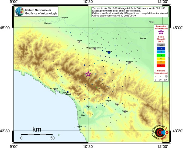 Mappa del risentimento sismico in scala MCS (Mercalli-Cancani-Sieberg) che mostra la distribuzione degli effetti del terremoto sul territorio come ricostruito dai questionari on line. La mappa contiene una legenda (sulla destra). Con la stella in colore viola viene indicato l'epicentro del terremoto, i cerchi colorati si riferiscono alle intensità associate a ogni comune. Nella didascalia in alto sono indicate le caratteristiche del terremoto: data, magnitudo (ML) profondità (Prof) e ora locale. Viene inoltre indicato il numero dei questionari elaborati per ottenere la mappa stessa.