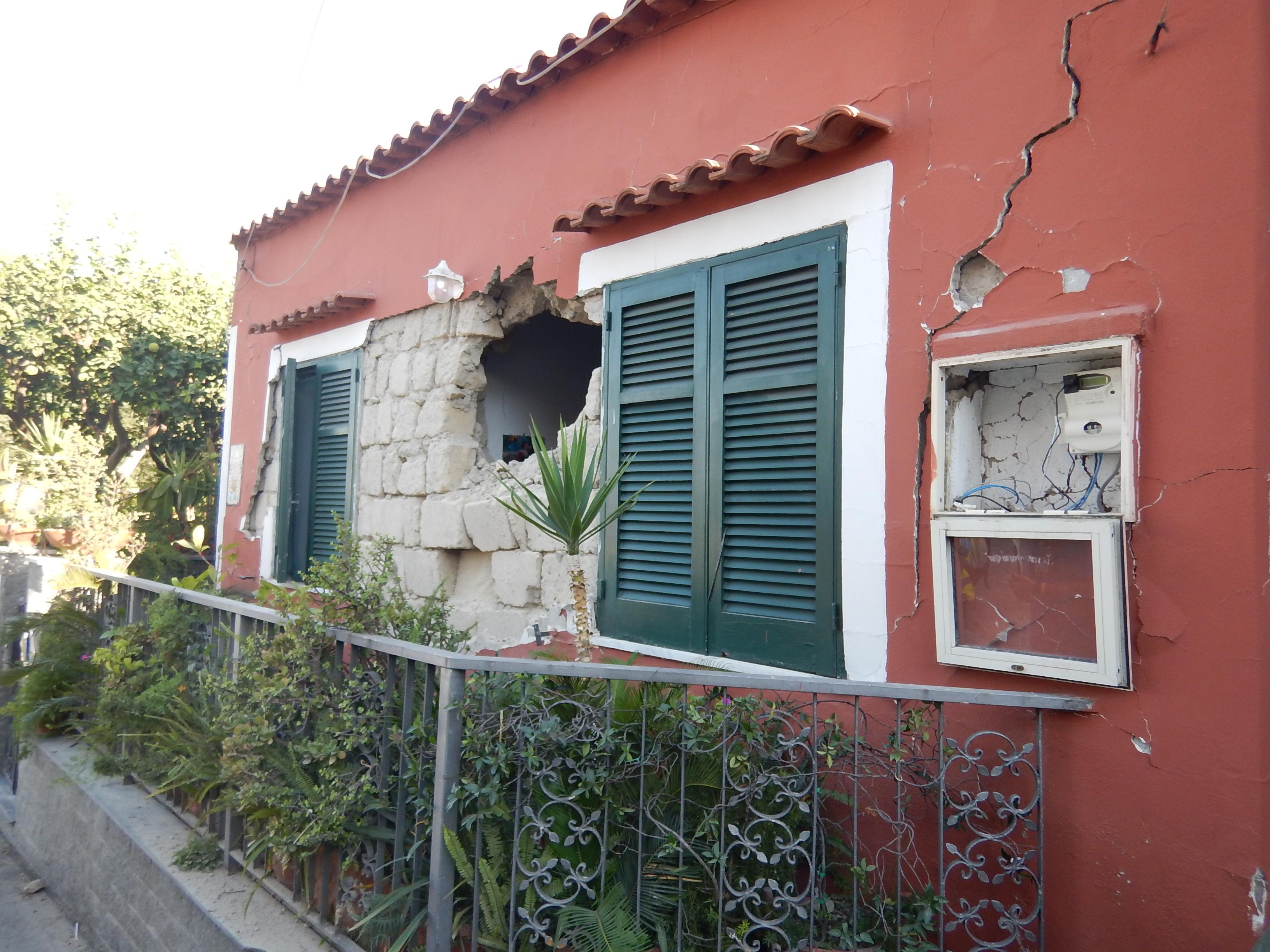 Case Di Pietra Terremoto : Smettetela le case crollate erano vecchie ma non abusive